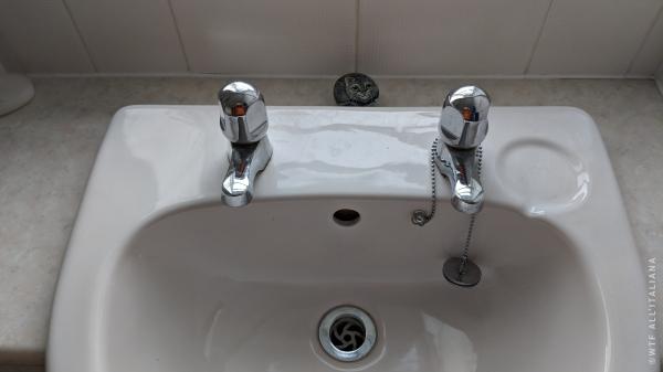 Il miscelatore no?! Il dramma dei rubinetti separati in Inghilterra wtf-all-italiana