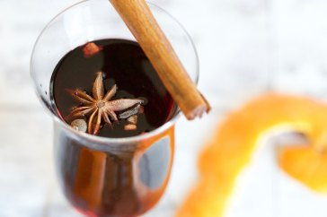 Mulled wine - photo credits: https://unsplash.com/